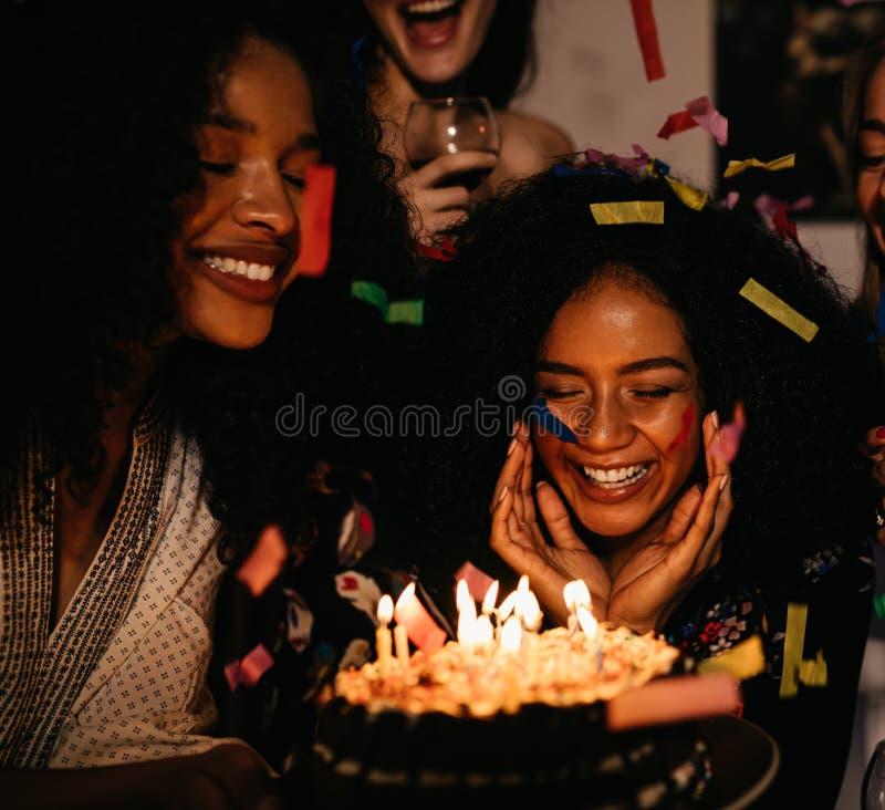 她的生日聚会的窘迫妇女 免版税库存图片