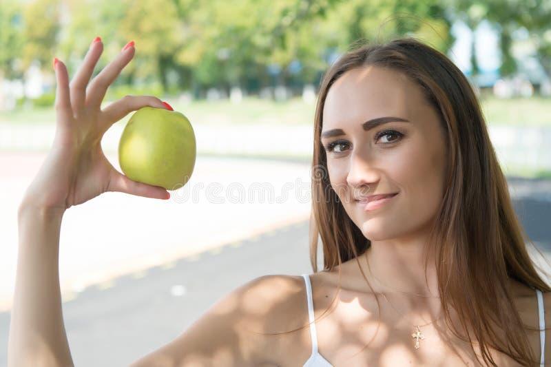 她的秀丽秘密是健康营养 女孩节食或支持素食主义者生活方式 果子包含重要对 库存图片