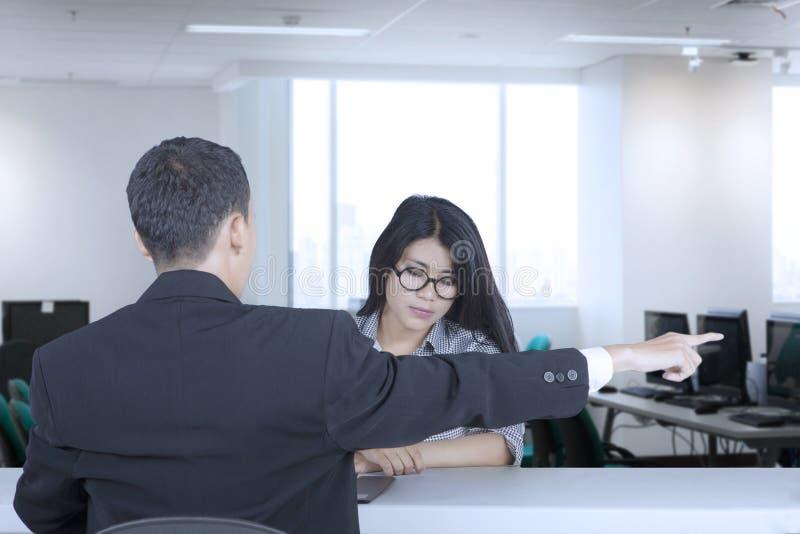 她的经理逐出的女性雇员 免版税图库摄影