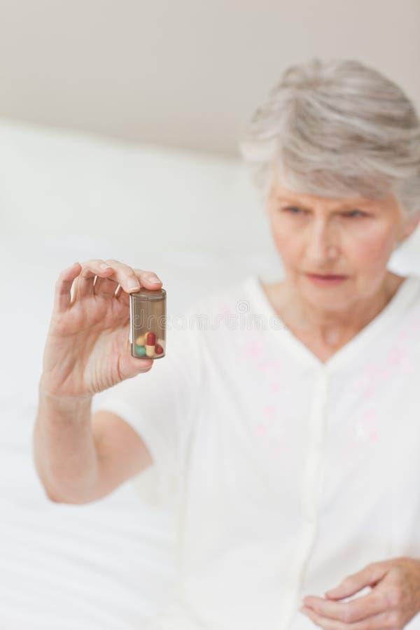她的药片高级病的采取的妇女 库存图片