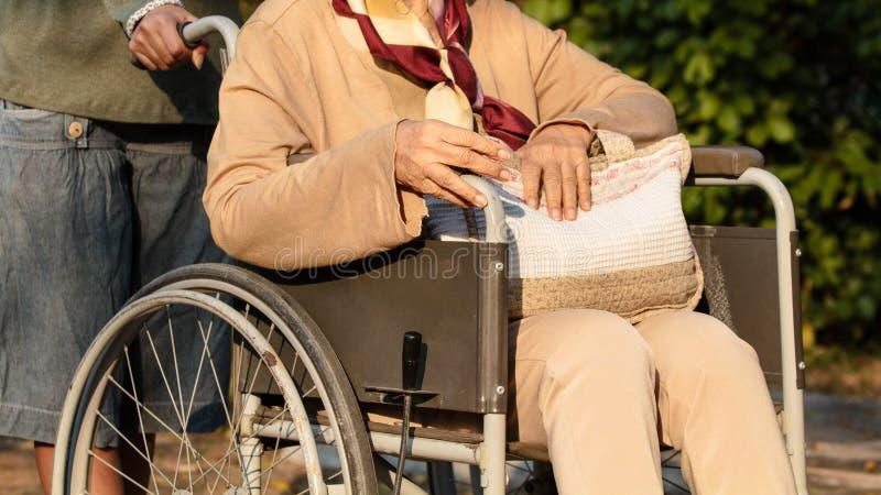 她的轮椅的资深妇女 免版税库存照片
