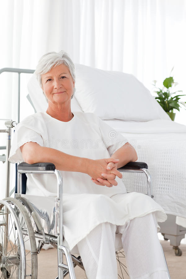 她的轮椅的高级妇女 库存图片