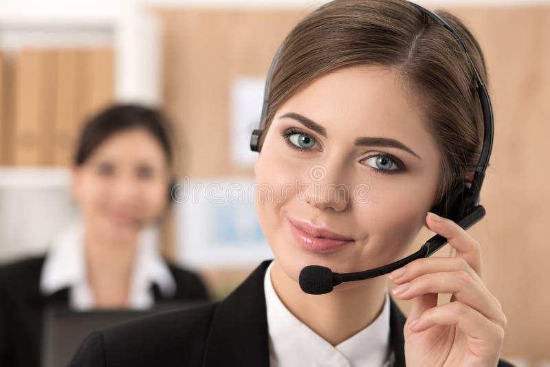 她的队陪同的电话中心工作者画象  免版税图库摄影