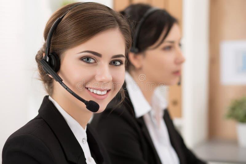 她的队陪同的电话中心工作者画象  库存图片