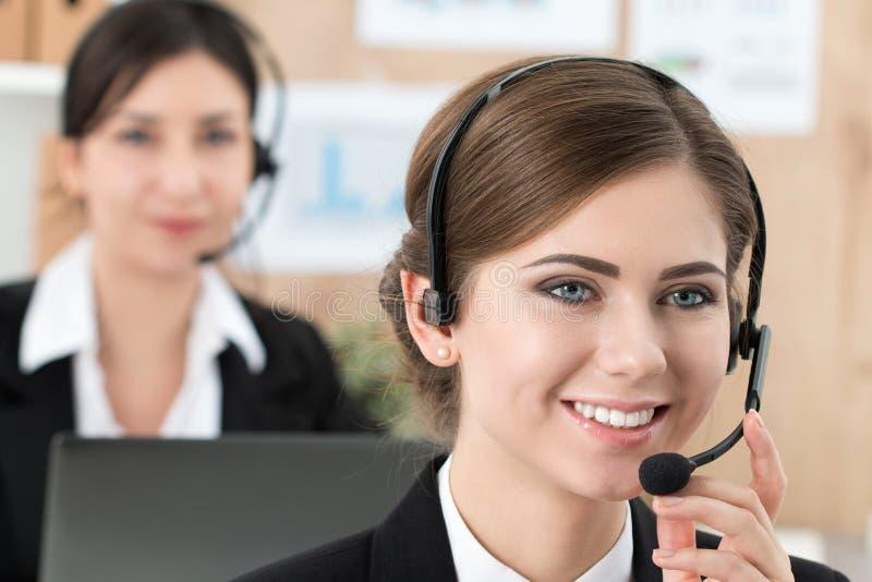 她的队陪同的电话中心工作者画象  免版税库存照片