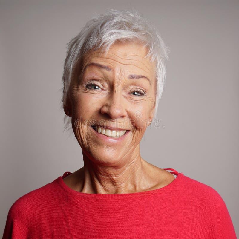 她的60s的愉快的老妇人 免版税库存图片