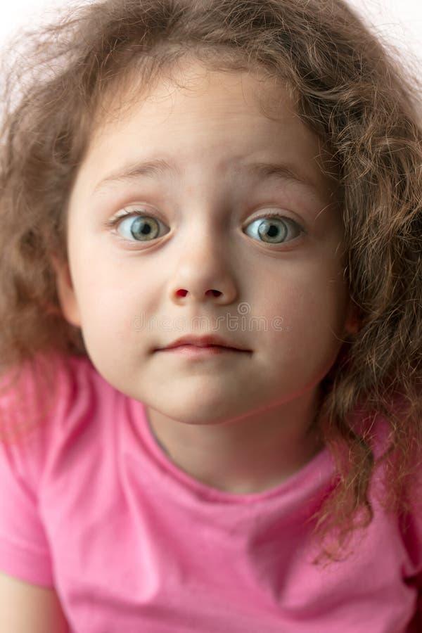 好俏丽的女孩aiting在不可思议的时间,惊奇 免版税图库摄影