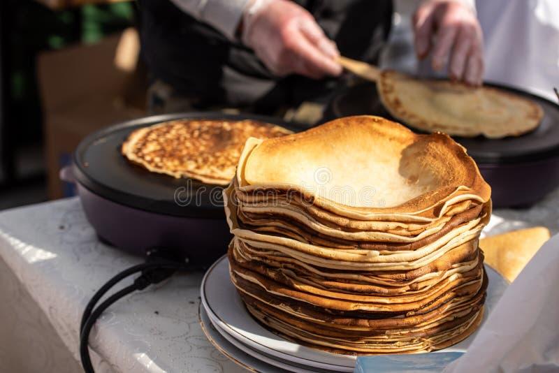 好古板的传统薄煎饼节日在特兰西瓦尼亚 免版税库存图片