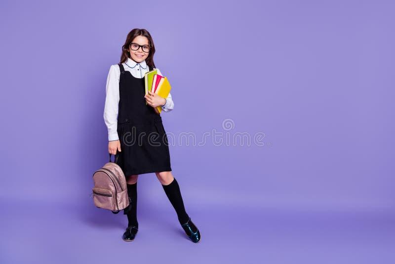 好可爱的快乐的爽快努力有波浪头发的青春期前的女孩运载的藏品全长身体尺寸视图  库存图片