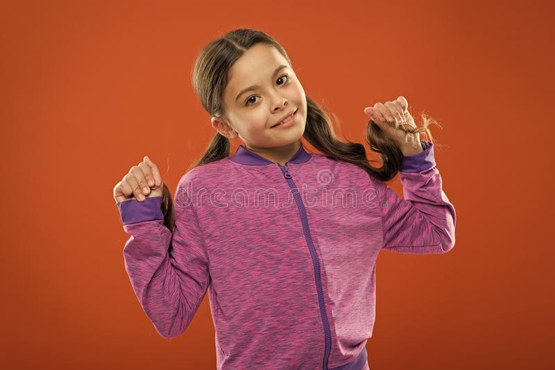 好和整洁的发型 做孩子的容易的技巧发型 小儿童长发 迷人的秀丽 女孩活跃孩子 图库摄影