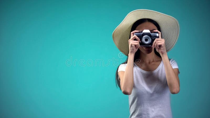 好奇女性游人在做照片的巴拿马地标,假期,旅游业 免版税库存照片