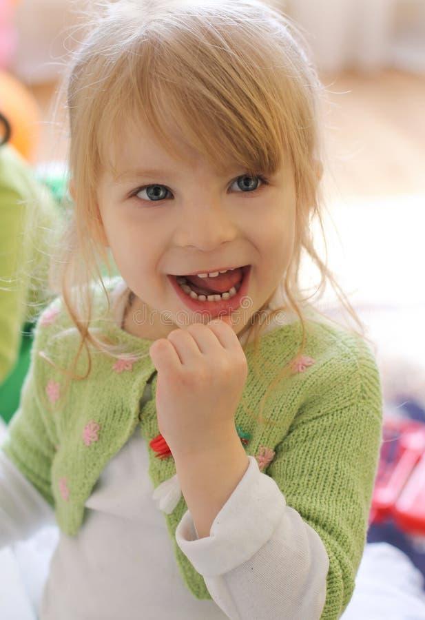 好奇微笑的女婴 免版税库存照片