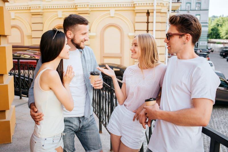 好女孩和男孩是常设夫妇由在彼此前面的夫妇 白肤金发的女孩与有胡子的人谈话 博若莱红葡萄酒 免版税库存图片