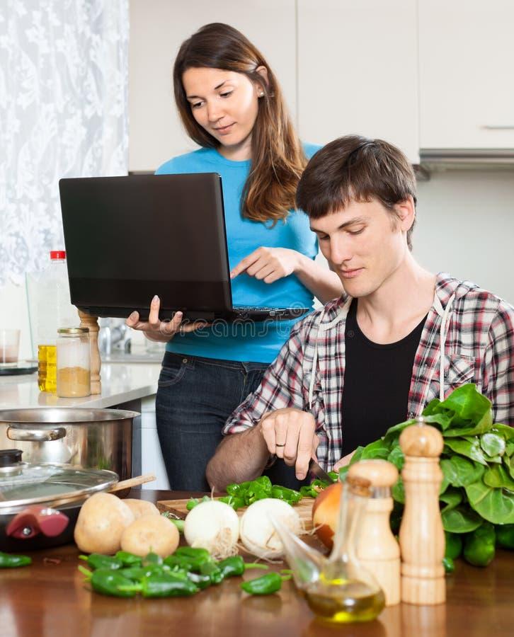好女孩显示新的食谱 免版税库存照片