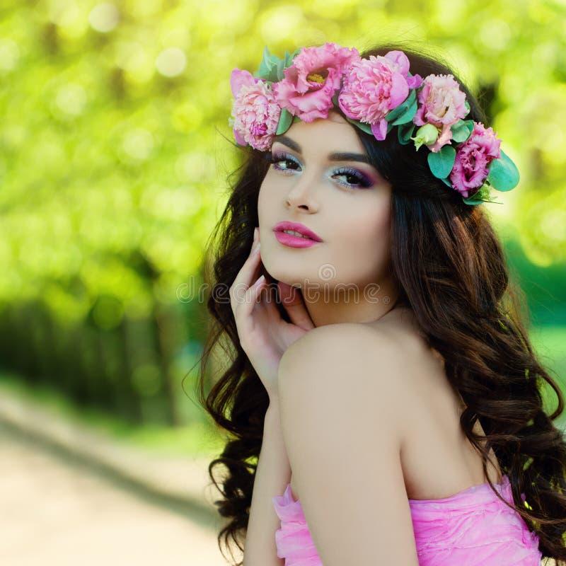 好妇女在春天 与花的设计 库存图片