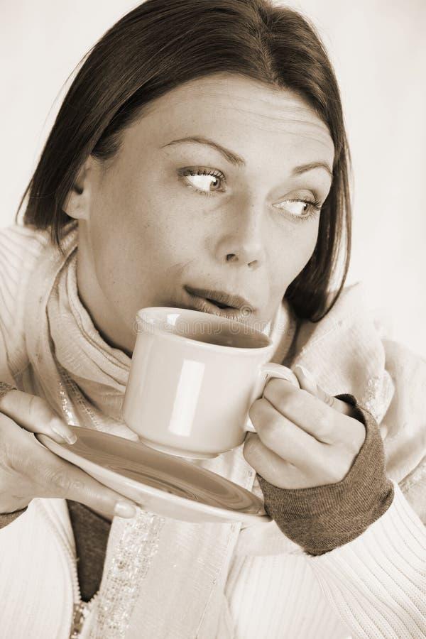 好妇女饮用的茶 免版税库存照片