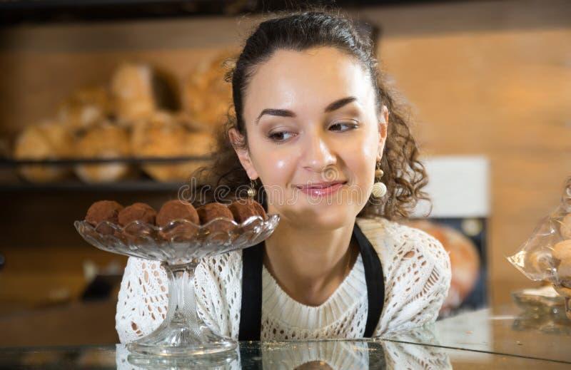 好客的女孩花梢提供的可口块菌状巧克力 库存图片