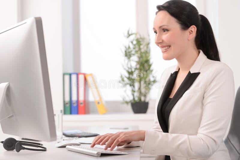 好工作日。坐在的美丽的中年女实业家 免版税库存图片