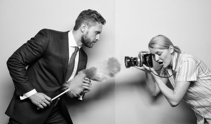 好挑剔和好奇 女孩摄影师捕获于尘土殷勤记者捕获集中的每微小的尘土肮脏 库存照片