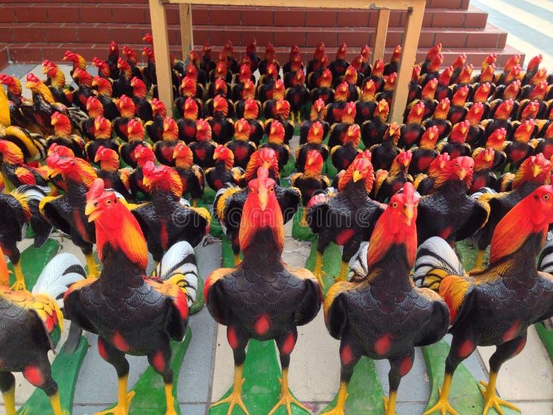 好斗的公鸡雕塑 库存图片