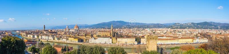 好日子都市风景空中宽视图全景的佛罗伦萨意大利 免版税库存照片