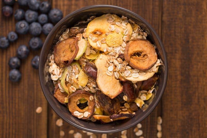 好早餐,有机早餐奎奴亚藜用胡说的牛奶和莓果,早餐燕麦粥粥用桂香,蔓越桔和蓝色 库存照片