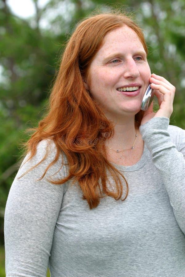 Download 好消息 库存照片. 图片 包括有 红发, 新闻, 女性, 愉快, 微笑, 妇女, 头发, 题头, 电话, 自然 - 53052