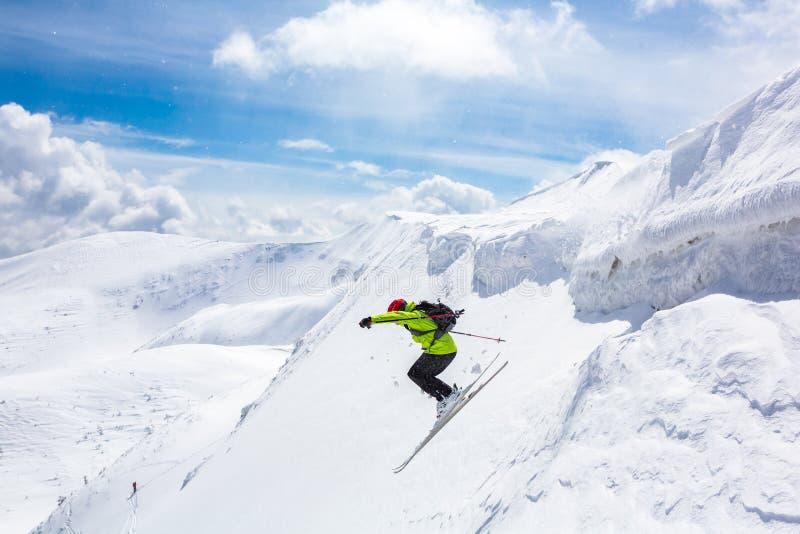 好滑雪在多雪的山 免版税库存图片