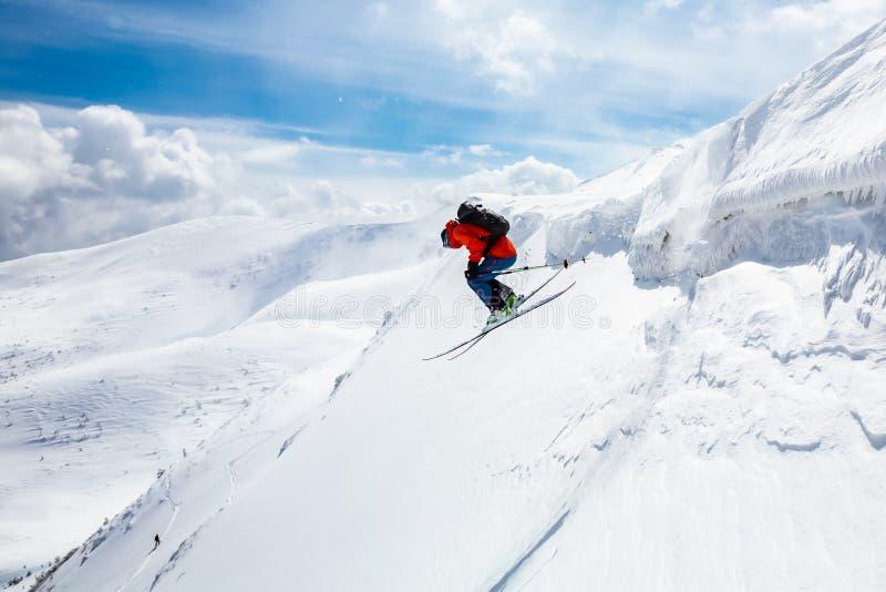好滑雪在多雪的山 免版税库存照片