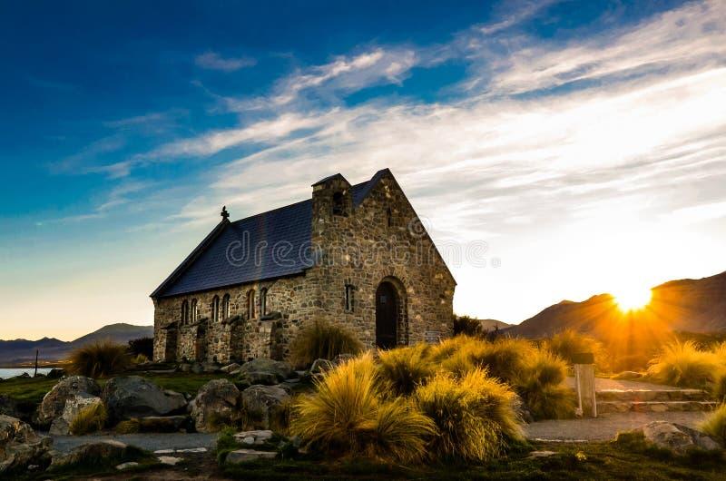 好牧羊人的教会在日出期间的在特卡波湖 免版税库存照片
