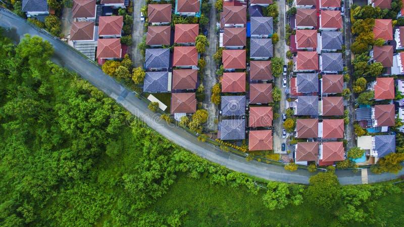 好环境家庭村庄和绿色空间o鸟瞰图  免版税库存图片