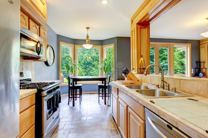 好的大美丽的木头kichen与灰色墙壁。 免版税图库摄影
