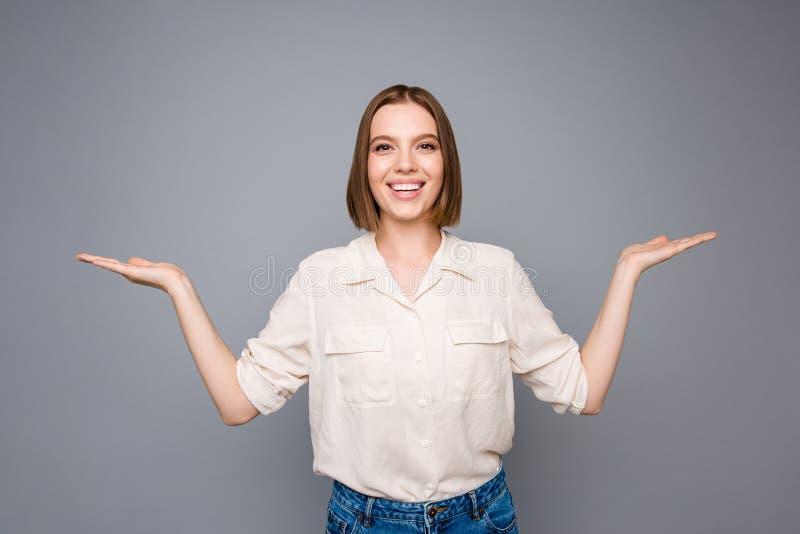 好的夫人青年时期画象安排广告推荐建议精选的被隔绝的穿戴时髦时髦的女衬衫牛仔布牛仔裤 免版税库存图片