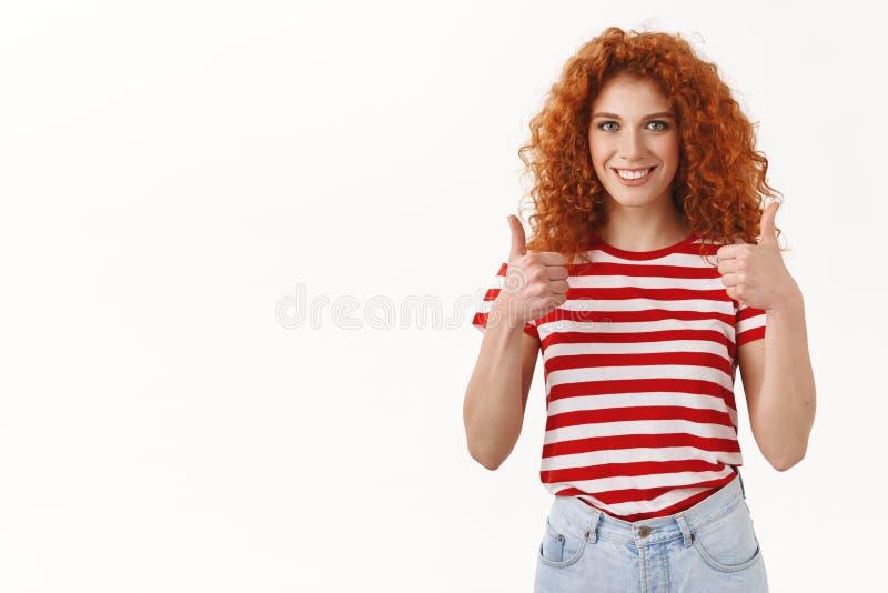 好的建议去 有吸引力的断言的红头发人卷发的女性朋友推荐给正面回复展示 库存照片