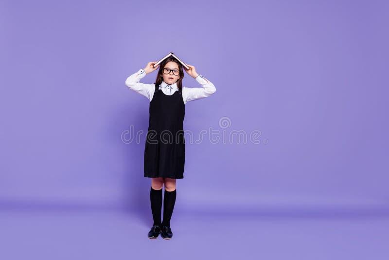 好的有吸引力的快乐的爽快滑稽的有波浪头发的青春期前的女孩藏品全长身体尺寸视图手投入的 免版税库存图片