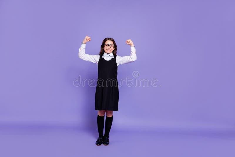 好的有吸引力的快乐的爽快高兴的确信的内容有波浪头发的青春期前的女孩陈列全长身体尺寸视图  库存照片