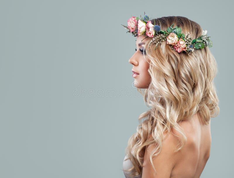 好的有白肤金发的卷发的春天模型少妇 免版税库存图片