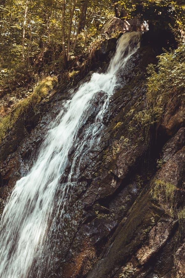 好的瀑布细节在Novohradske山,捷克共和国,被定调子的图片的 库存图片