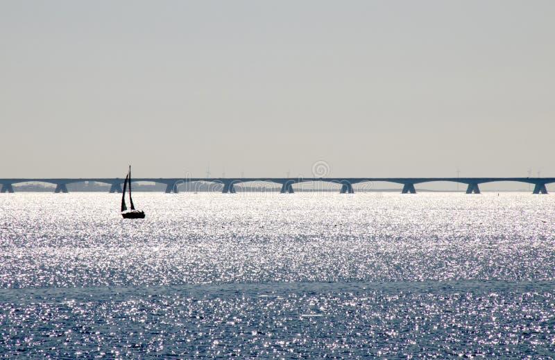好的看法在东斯海尔德河和在距离西兰省桥梁 图库摄影