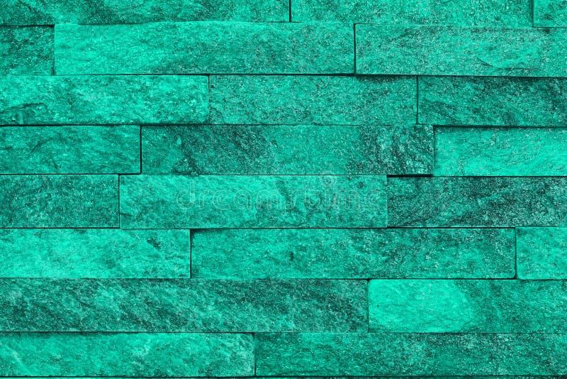 好的葡萄酒小野鸭,海洋绿的自然石英岩石头砖纹理为背景使用 图库摄影