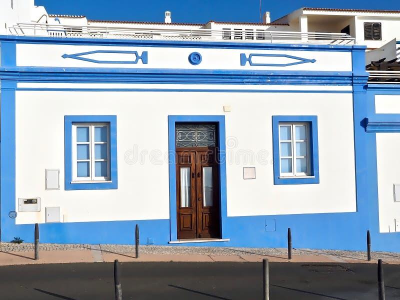 好的蓝色和白色房子在阿尔布费拉在葡萄牙 免版税库存照片