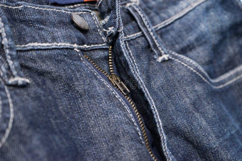 好的蓝色牛仔裤葡萄酒样式老缝合的牛仔裤细节  库存照片