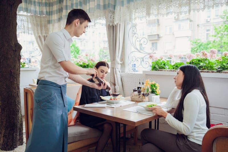 好的谈话 厨师告诉关于他服务的盘的女性客人 免版税库存照片