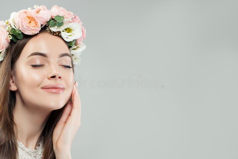 好纵向妇女 有自然构成和玫瑰花的俏丽的式样女孩 免版税图库摄影