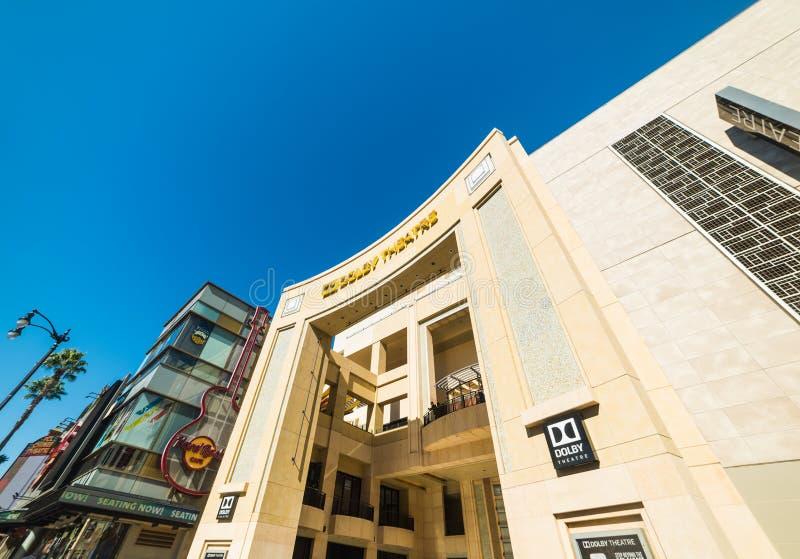 好莱坞大道的举世闻名的杜比剧院在清楚的天空下 免版税图库摄影