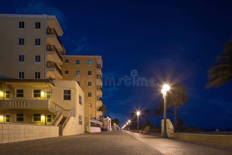 好莱坞海滩木板走道在晚上没有人 免版税库存照片