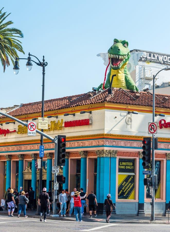 好莱坞,加利福尼亚,美国- 2018年2月6日:在大厦的屋顶的恐龙雕塑在步行好莱坞大道的  免版税库存照片
