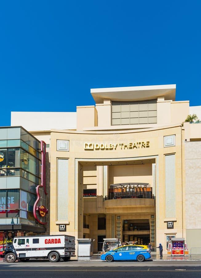 好莱坞,加利福尼亚,美国- 2018年2月6日:杜比剧院的门面的看法在城市街道上的 查出在蓝色背景 免版税库存图片
