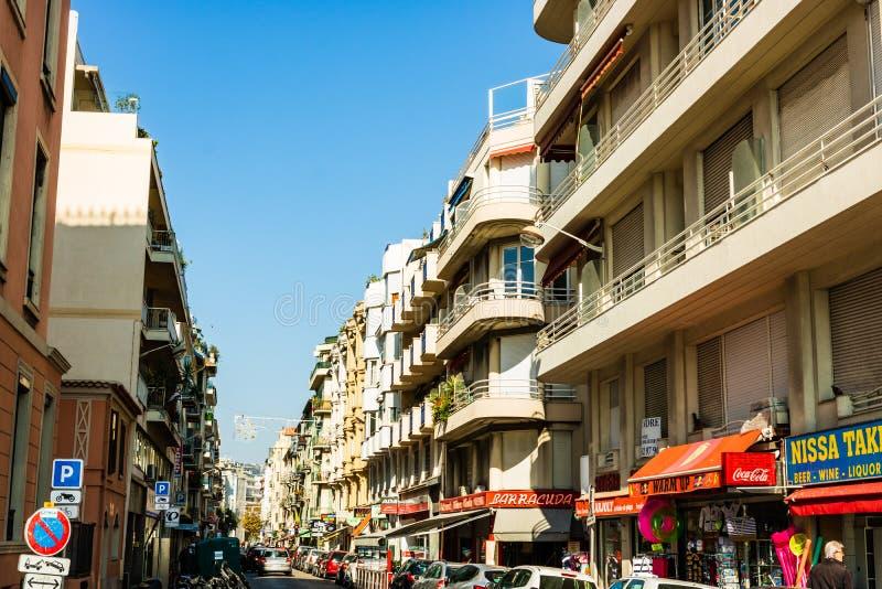 好,法国- 2019年 在尼斯的老部分的狭窄的街道 商店,餐馆,走动的人们 库存图片