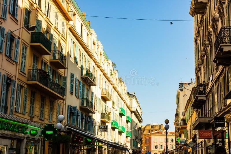 好,法国- 2019年 在尼斯的老部分的狭窄的街道 商店,餐馆,走动的人们 免版税图库摄影